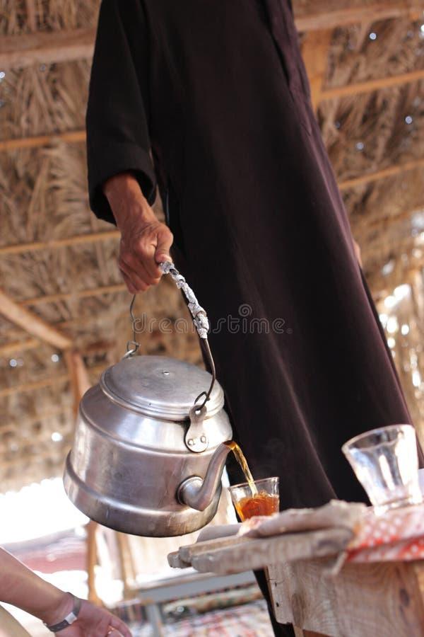 Le Berber pleut à torrents le thé photos stock