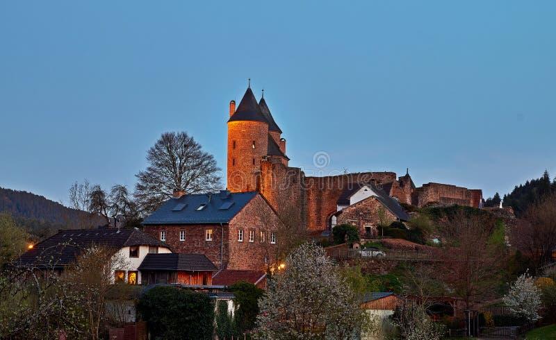 Le Bertradaburg est un château ruiné de colline sur une dent de roche, au-dessus du village de Muerlenbach dans le comté de Vulka image libre de droits