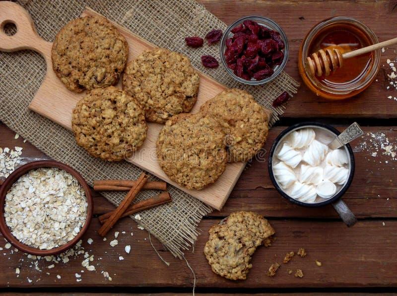 Le beurre d'arachide gratuit de gluten Flourless, farine d'avoine, miel, a séché les biscuits de fruits et la tasse de cacao avec photo stock