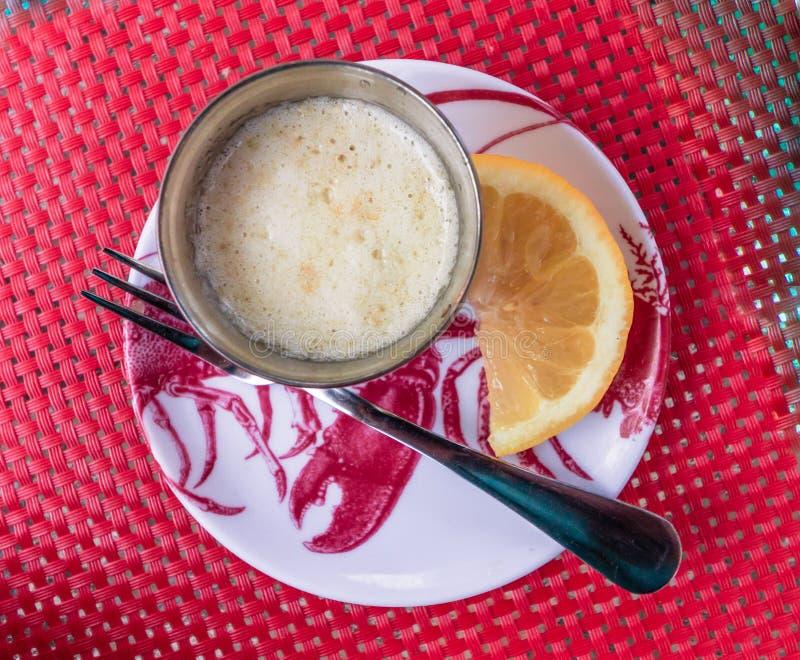 Le beurre et le citron fondus dans une garniture se sont préparés à la viande de homard photos libres de droits