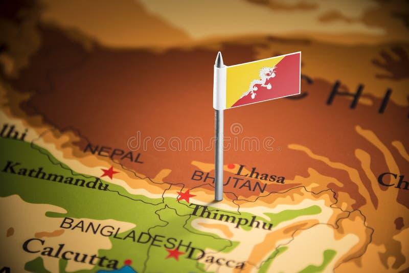 Le Bhutan a identifié par un drapeau sur la carte image libre de droits