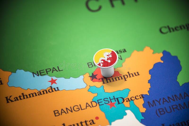 Le Bhutan a identifié par un drapeau sur la carte photographie stock libre de droits