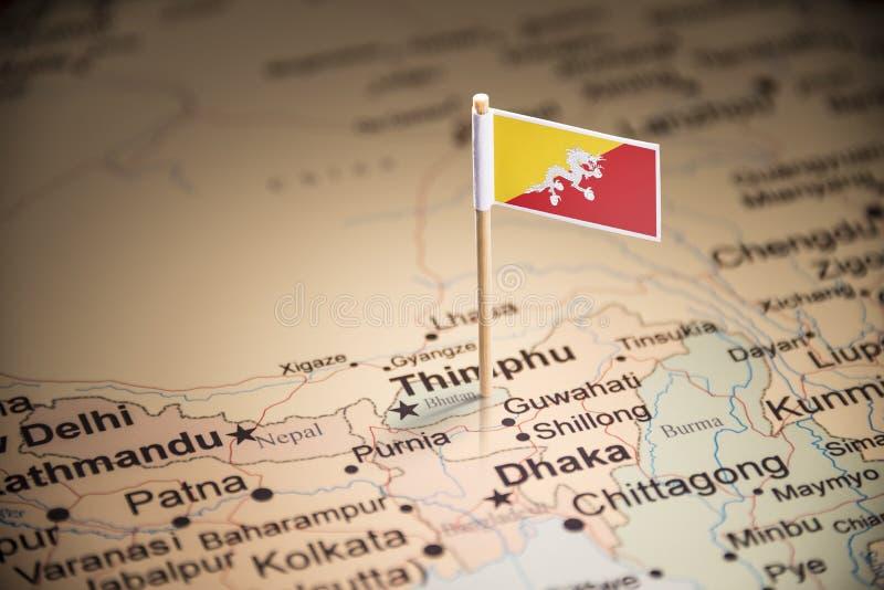 Le Bhutan a identifié par un drapeau sur la carte image stock