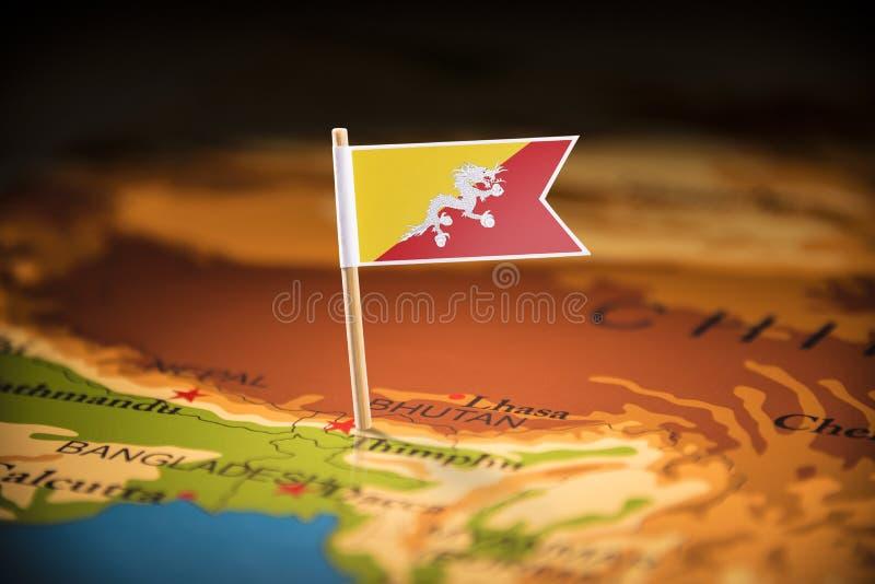 Le Bhutan a identifié par un drapeau sur la carte photo stock