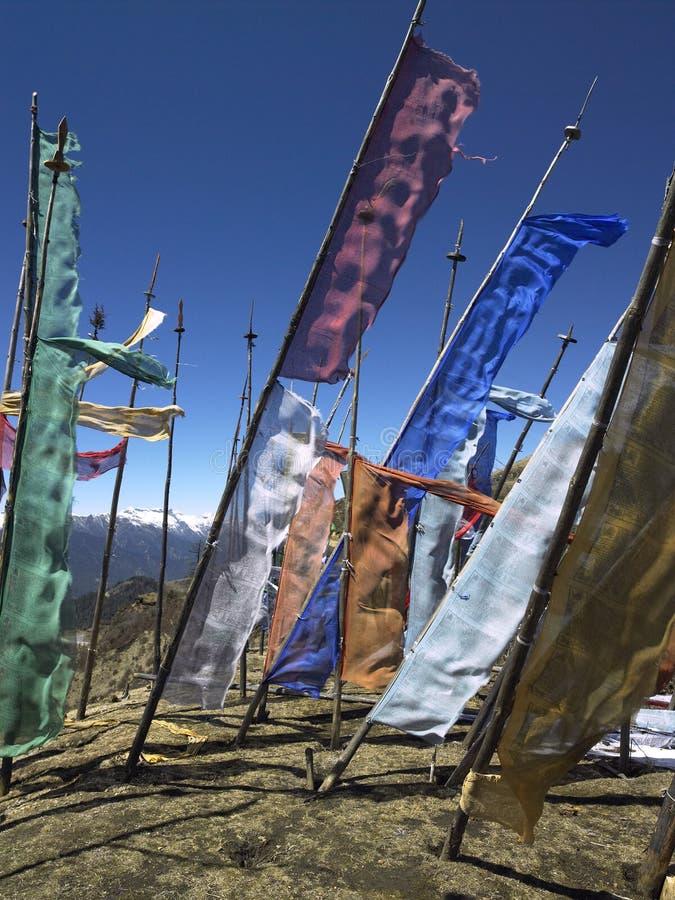 Le Bhutan - indicateurs bouddhistes de prière image stock