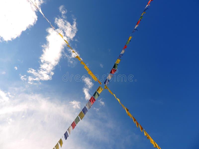 Le bhutanese religieux marque le vol à l'arrière-plan du ciel photo libre de droits