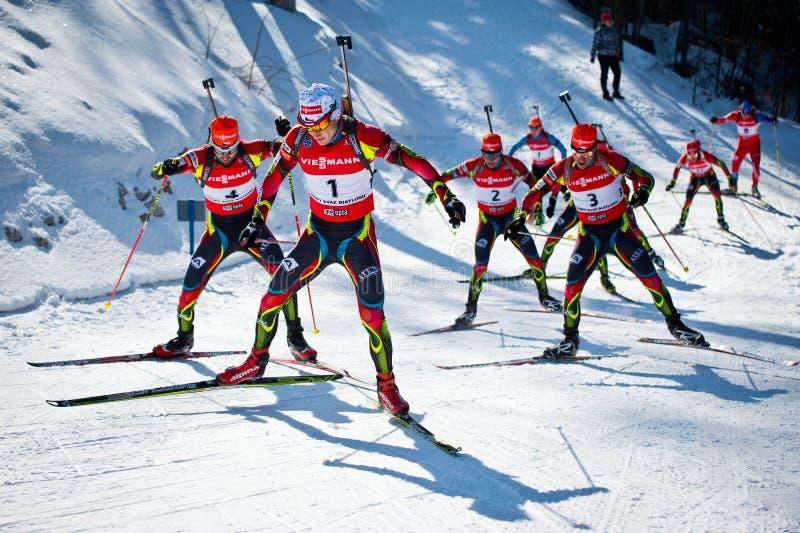 Le biathlete tchèque Ondrej Moravec mène le groupe de concurrents pendant le biathlon tchèque photographie stock libre de droits