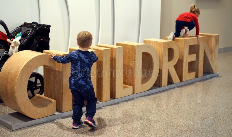 Le biblioteche moderne sono bambino amichevole fotografia stock