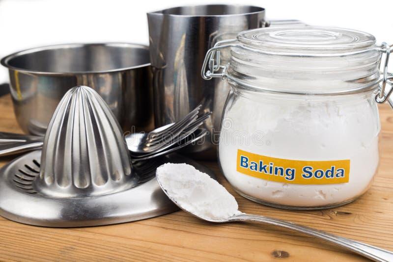 Le bicarbonate de soude efficace polissent des vaisselles de cuisine en métal photos libres de droits