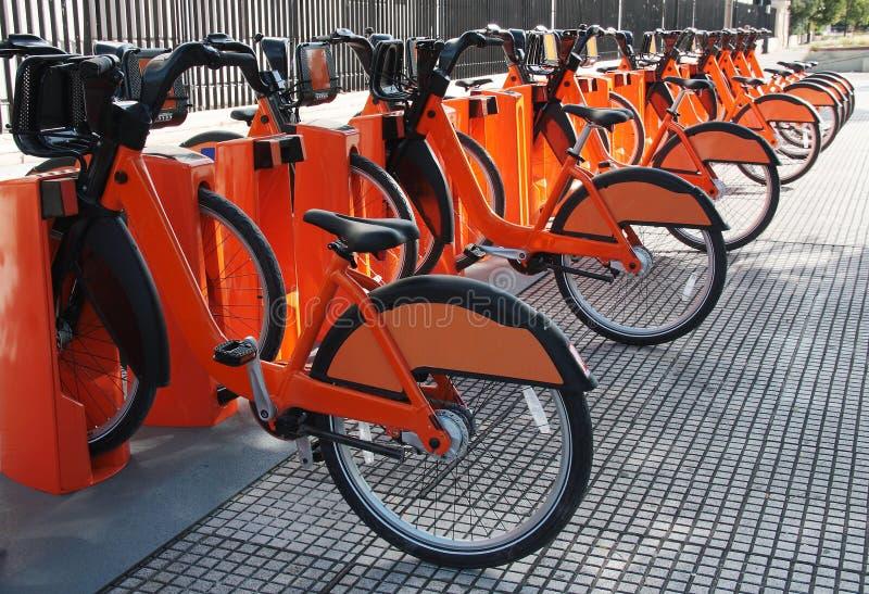 Le biciclette elettriche hanno parcheggiato ad una bici che divide la stazione immagini stock libere da diritti
