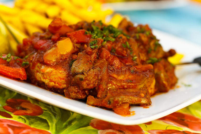 Le bifteck délicieux, rôti avec du foie de l'oie, a découpé en tranches photos libres de droits