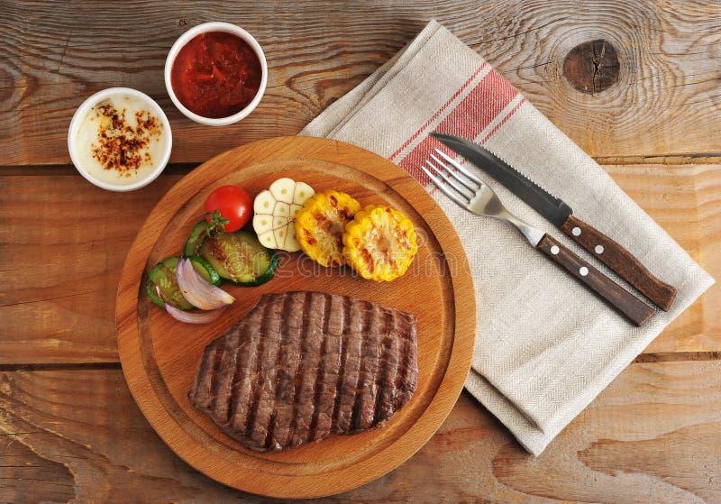 Le bifteck de boeuf grillé, coupe en morceaux, a grillé des légumes - zucchi photographie stock