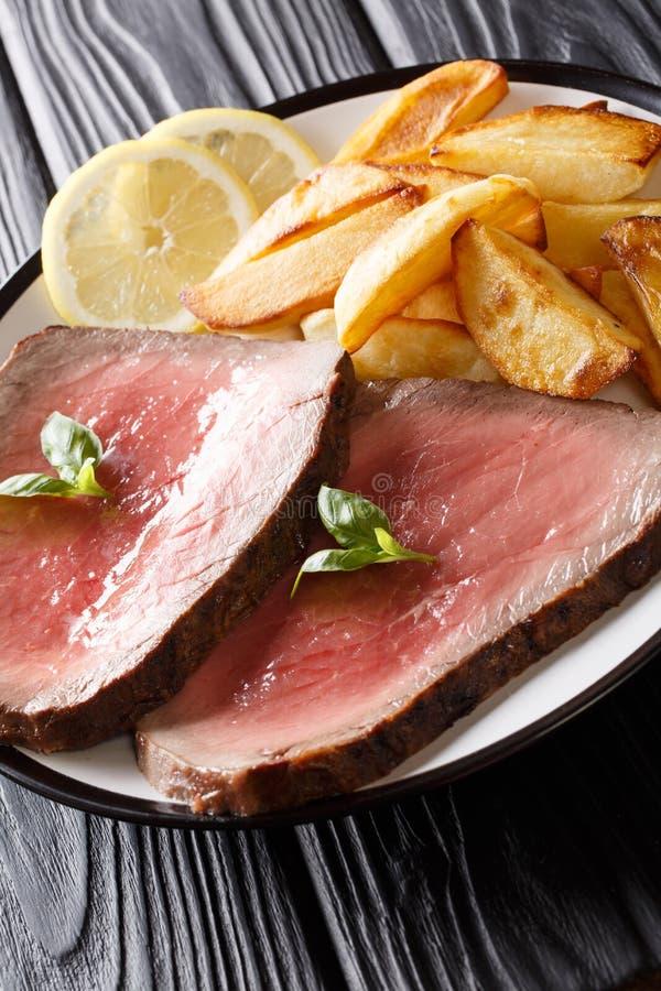 Le bifteck de boeuf rare fraîchement cuit avec la pomme de terre frite coince le plan rapproché photographie stock libre de droits