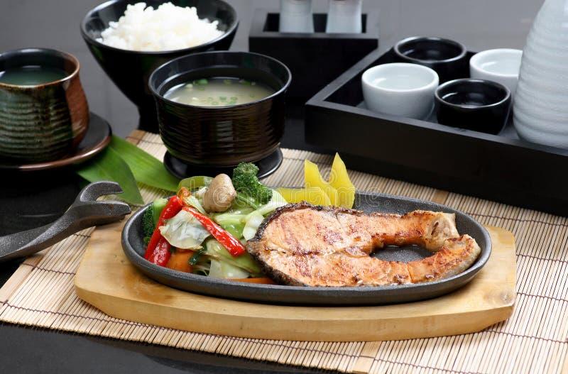 Le bifteck de poissons grillé, riz a placé la nourriture japonaise photos stock