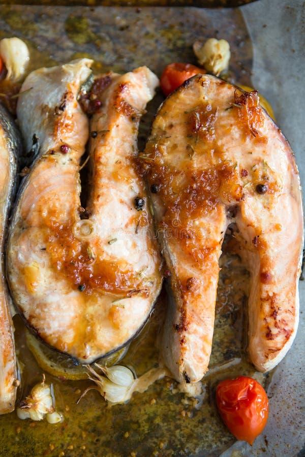 Le bifteck de poissons saumon? ont grill? et la salade de l?gume frais avec la tomate et la laitue Nourriture saine Vue sup?rieur photos libres de droits