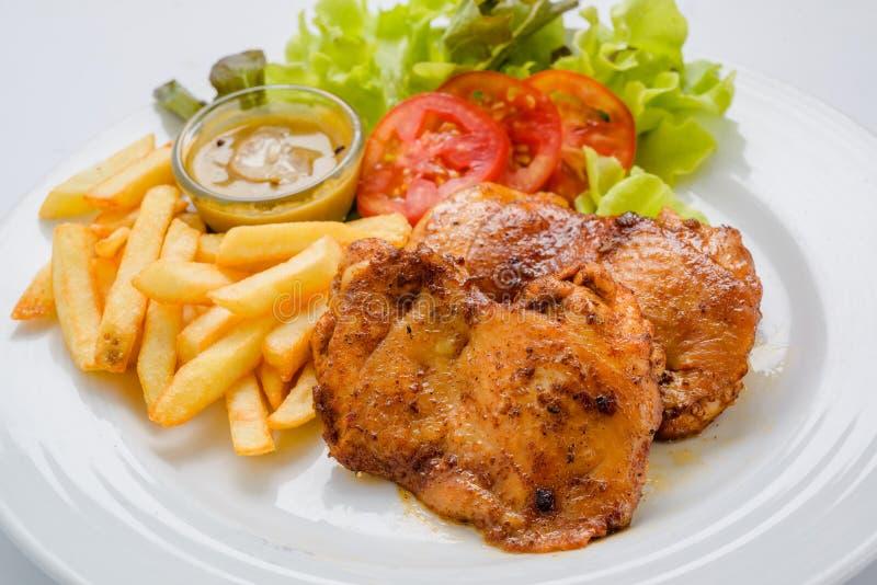 Le bifteck de poulet a servi avec des pommes frites et des salades aux légumes photo stock