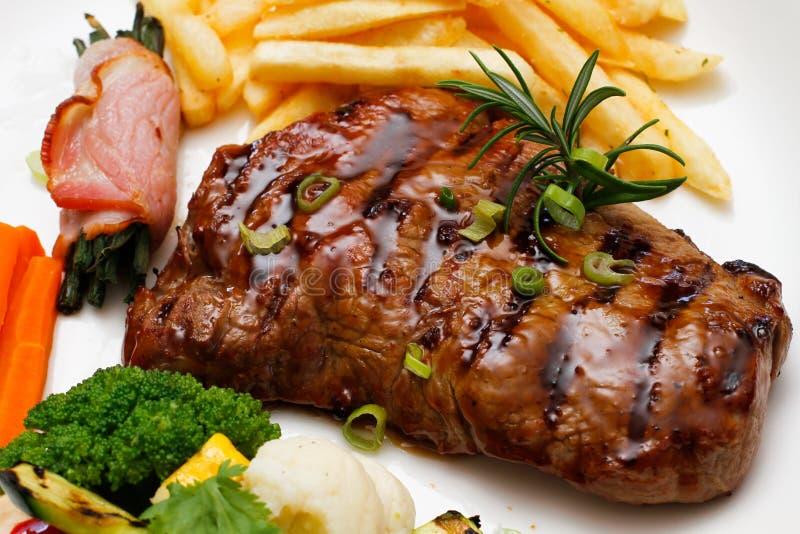 Le bifteck grillé ébrèche des légumes photo stock