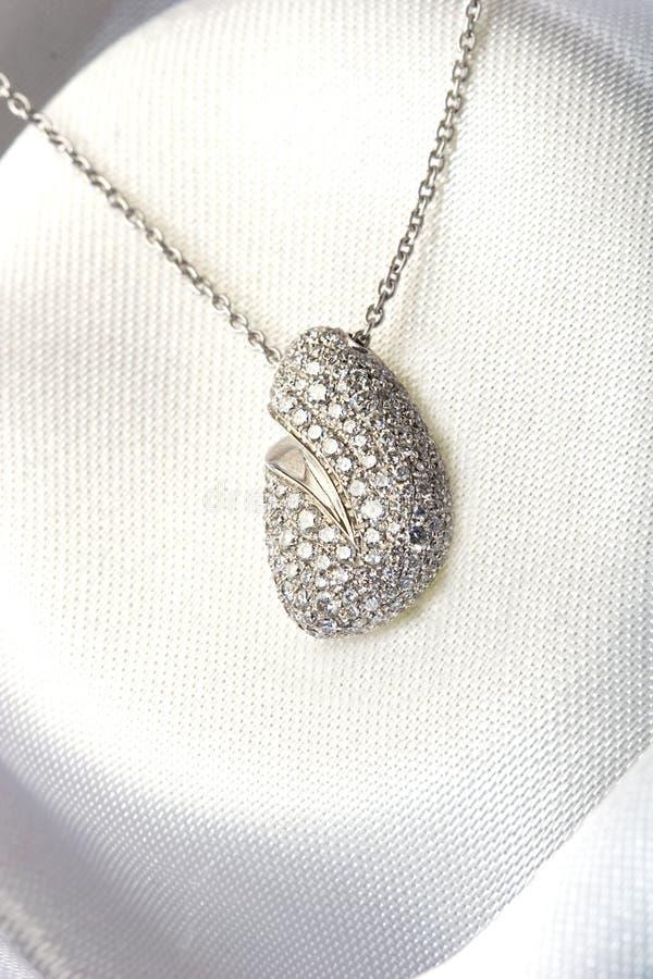 Le bijou cher pavent l'or blanc de collier de diamant photos stock
