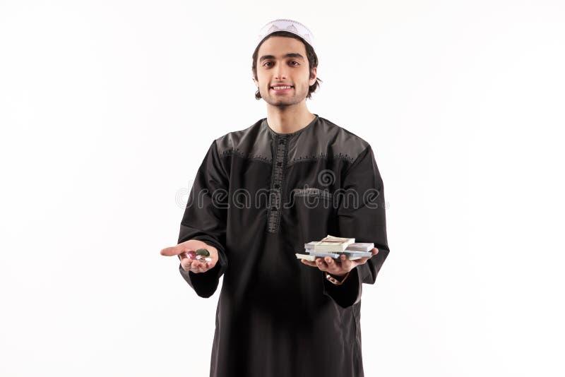 Le bijoutier arabe se tient dans les pierres précieuses de mains image stock