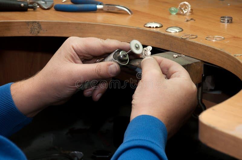 Le bijoutier polit le pendant de bijoux images libres de droits
