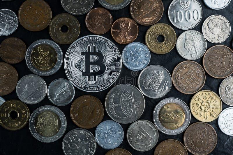 Le bincoin argenté avec l'argent international invente, nouvel amon de devise images libres de droits