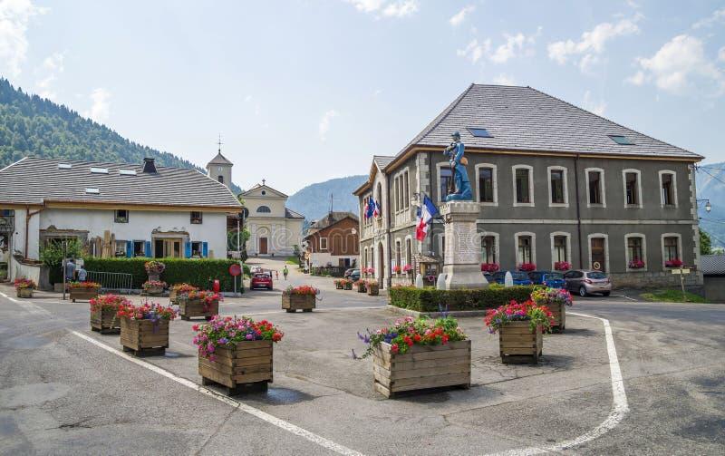 Le Biot - pueblo en las montañas francesas de las montañas imagenes de archivo
