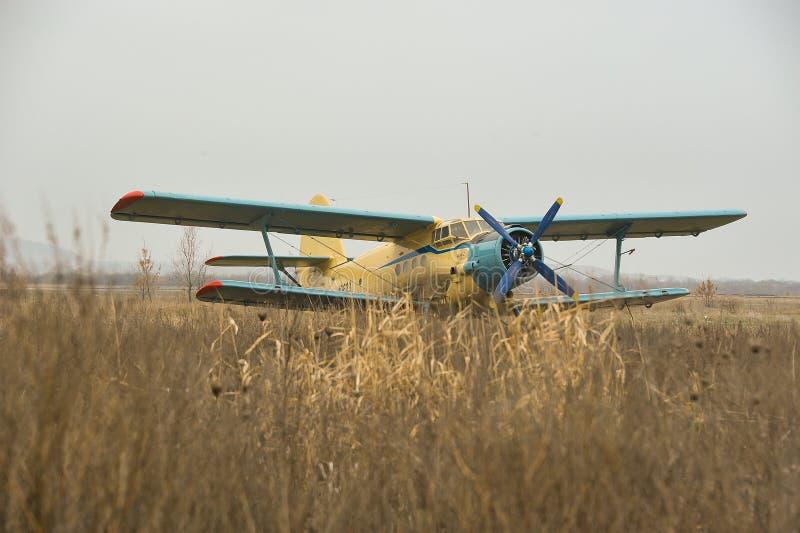 Le biplan est sur le macadam photographie stock libre de droits