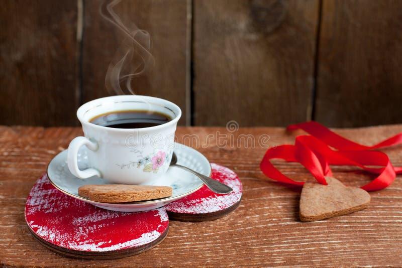 Le biscuit et la cuvette de Valentine de saint de forme de coeur de café avec le stea image libre de droits