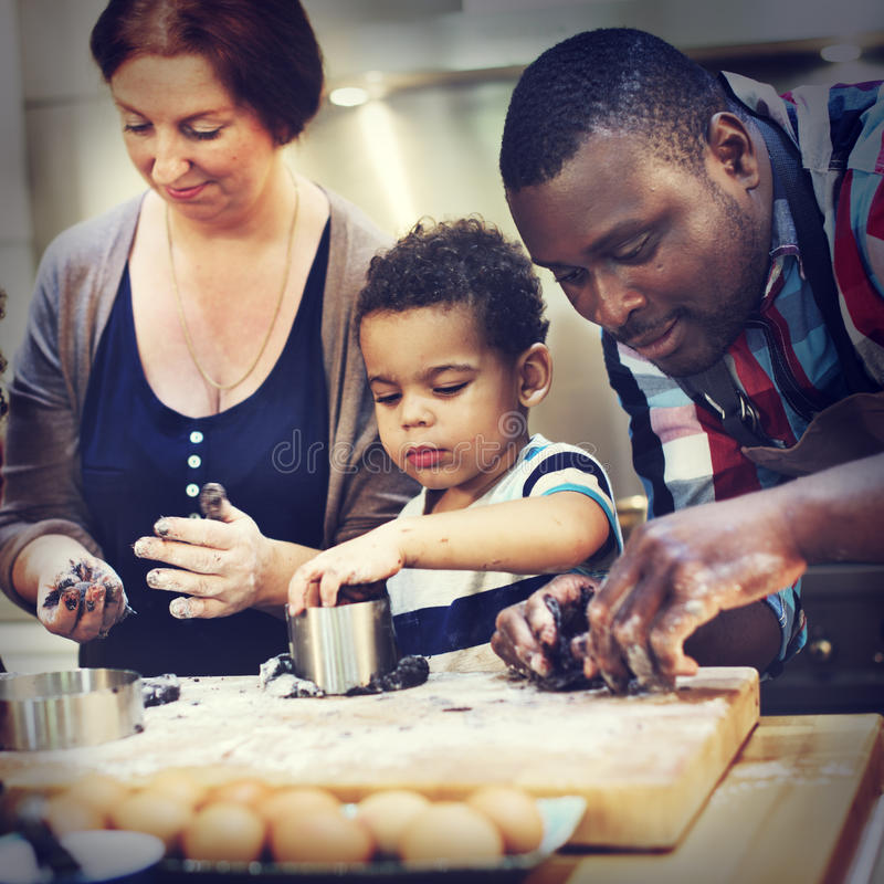 Le biscuit font le concept cuire au four de loisirs de découverte de dessert d'enfant de boulangerie photographie stock libre de droits
