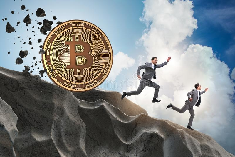 Le bitcoin chassant l'homme d'affaires dans le concept de blockchain de cryptocurrency photo libre de droits