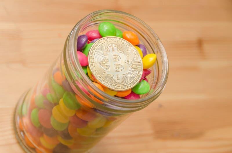 Le bitcoin d'or de Cryptocurrency se trouve sur la sucrerie, caramel image libre de droits