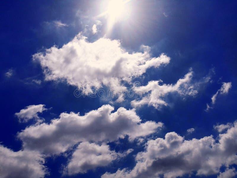 Le blanc de ciel bleu opacifie la photo photos libres de droits