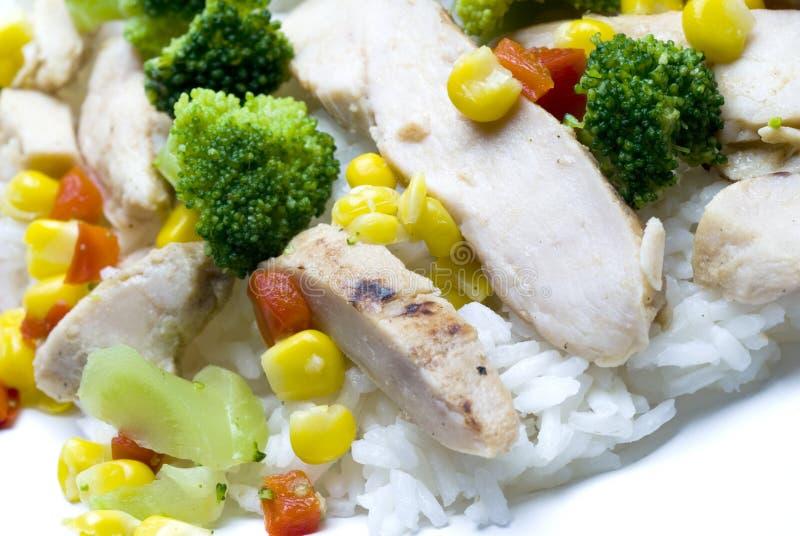 Le blanc de poulet découpe des légumes en tranches image libre de droits