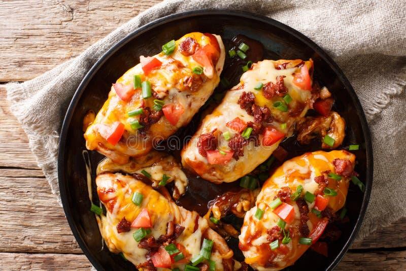 Le blanc de poulet délicieux de Monterey a fait cuire au four avec du fromage, lard, toma images libres de droits
