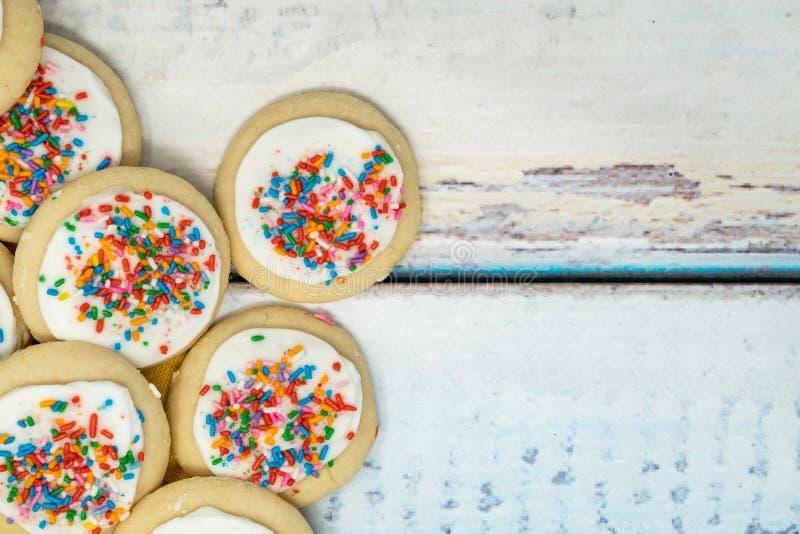 Le blanc de vanille a givré les biscuits de sucre faits maison empilés sur un bleu courtisent photographie stock libre de droits