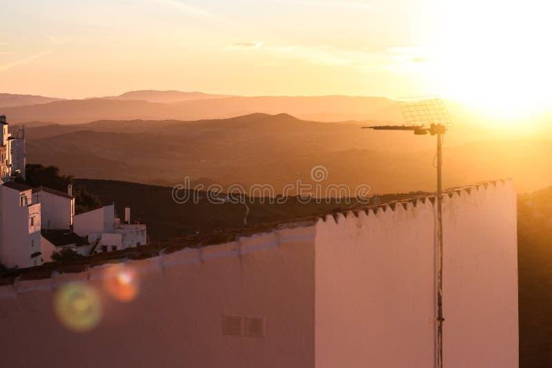 Le blanc loge le vieux coucher du soleil de montagne de ville images stock
