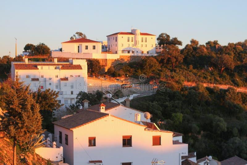 Le blanc loge le vieux coucher du soleil de montagne de ville photographie stock libre de droits
