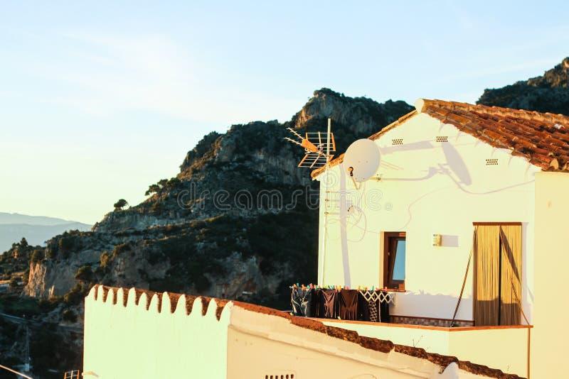 Le blanc loge le vieux coucher du soleil de montagne de ville photos stock