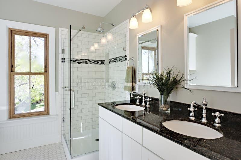 Le blanc lumineux transforment la salle de bains photographie stock