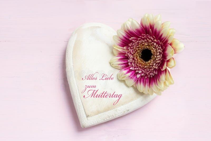 Le blanc a peint la forme en bois de coeur et une tête de fleur sur un p lumineux images stock