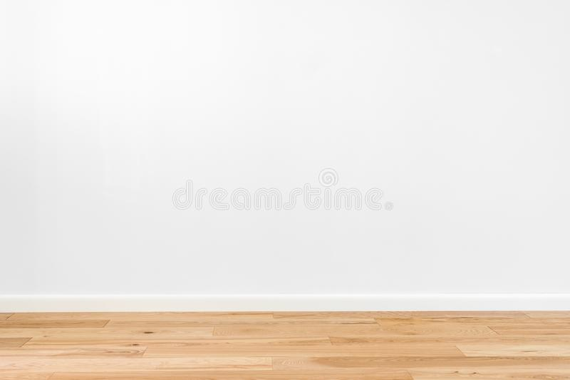 Le blanc a peint le mur de stuc et le plancher en bois dur en bois naturel de panneau de parquet de bande du cendre-arbre 3 Planc photo libre de droits