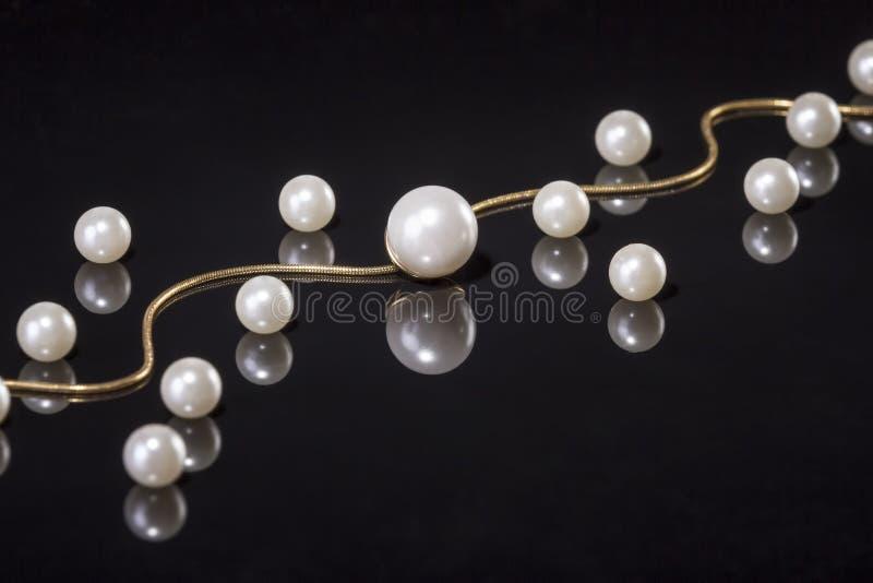 Le blanc perle le collier sur le fond noir images libres de droits