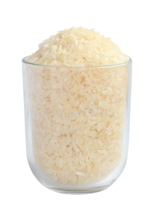 Le blanc a poli le riz cru cru à grain long dans une tasse en verre transparente d'isolement sur le fond blanc images stock
