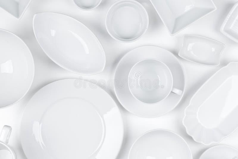 Le blanc vide et propre a assorti le fond de blanc de dishware illustration stock