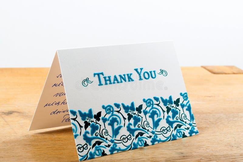 Le blanc vous remercient de carder avec les lettres bleues avec la note écrite à la main photos stock