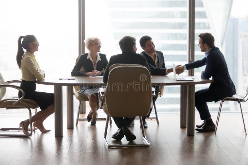 Le blandras- affärsfolk som sitter på mötet royaltyfri bild