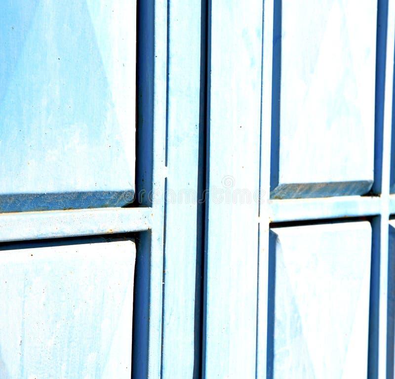 le bleu articule le Maroc rouillé en Afrique le vieux faca en bois image stock