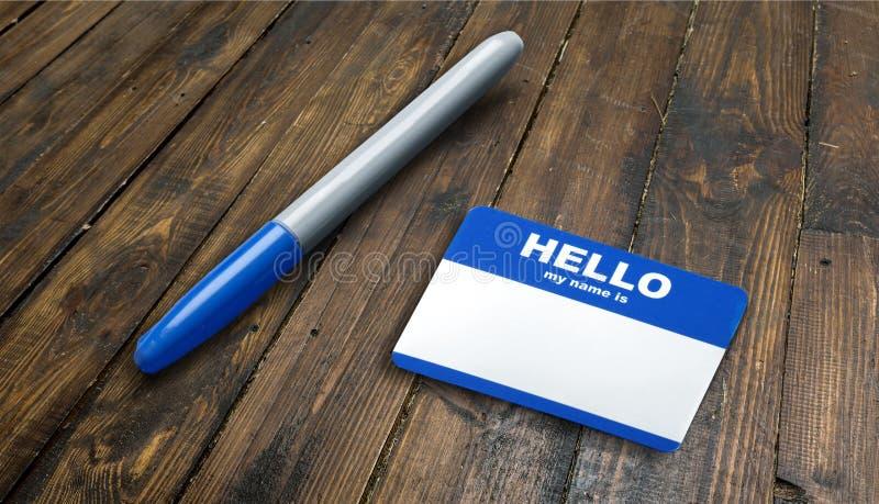 Le bleu bonjour mon nom est étiquette et stylo sur la table avec photo libre de droits