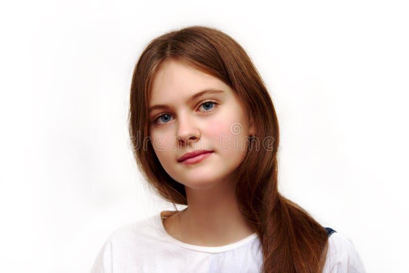 Le bleu d'isolement a observé la fille timide d'une chevelure brune avec les cheveux débordants photos stock