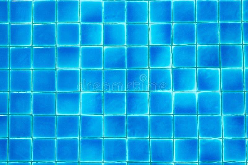 Le bleu de piscine de vue sup?rieure a d?chir? le fond abstrait de l'eau images stock